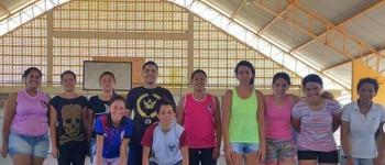 Equipe feminina de futsal recebe treinamento intensivo com educador físico