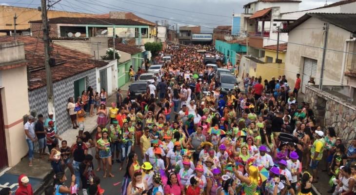 Carnaval Canoa Folia anima servidores e premia em dinheiro as melhores fantasias